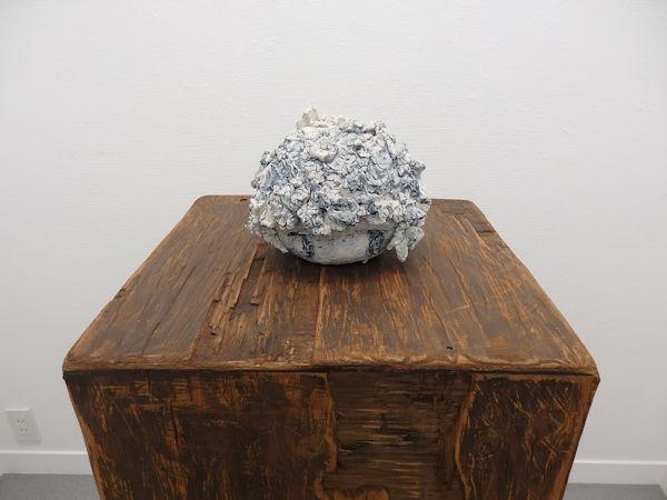 「あおい子」磁器土、じゃり、石 H175×W220×D200mm 2017